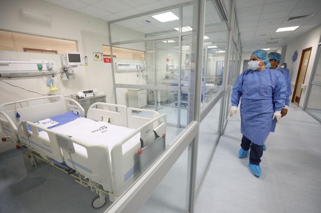 Titular de Essalud Fiorella Molinelli presenta los boxes de aislamiento instalados en el hospital Rebagliati para atención de pacientes COVID-19.